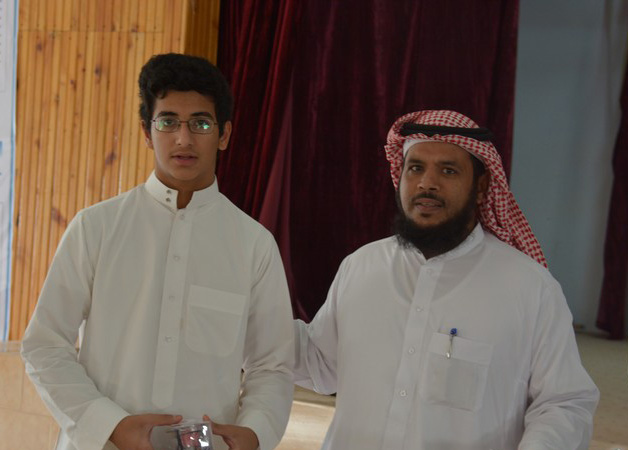 صورة الطالب عبدالله المنصور ضمن الفرقة الكشفية لخدمة حجاج بيت الله الحرام
