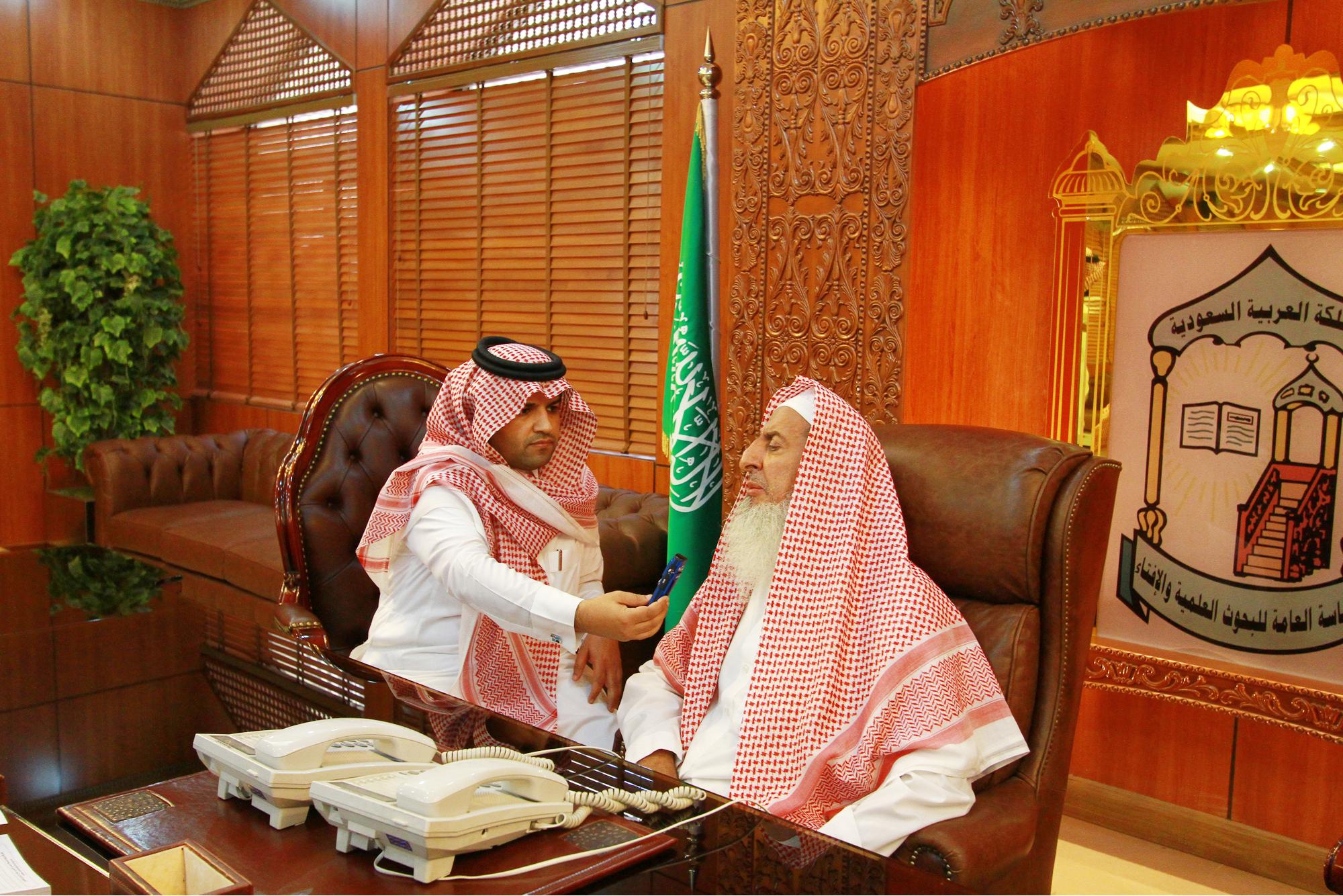 صورة سماحة مفتي المملكة يهنئ القيادة بشهر رمضان ويوصي بحماية عقيدة الوطن وخيراته