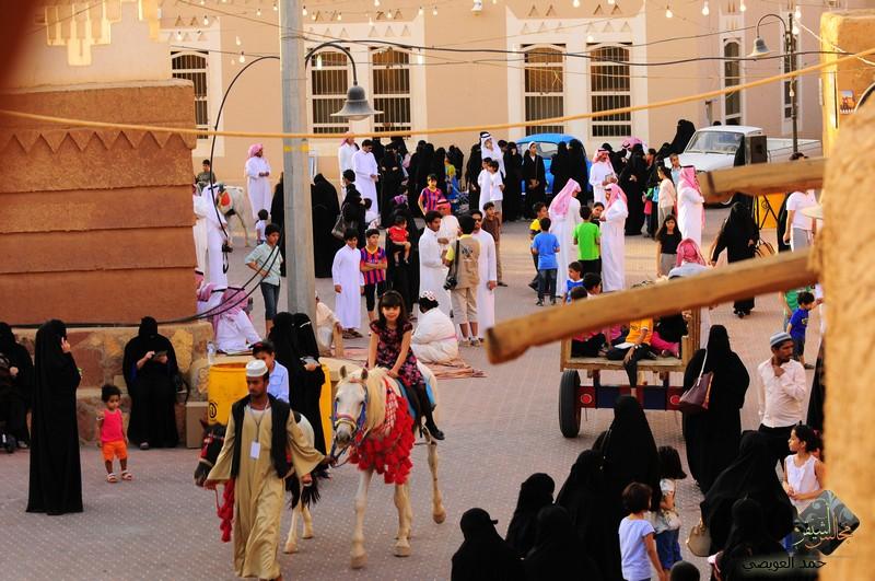 صورة توافد أعداد كبيرة من الزوار في مهرجان أشيقر