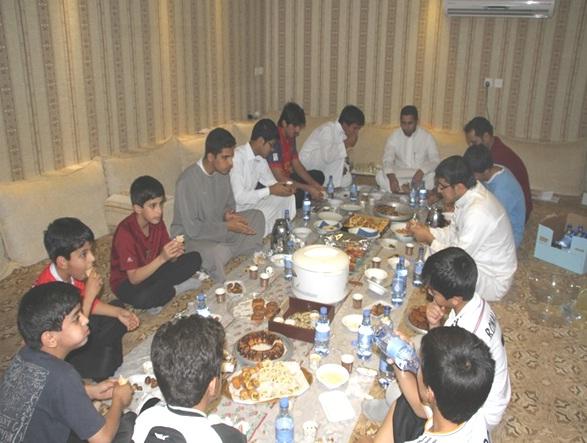 صورة إفطار جماعي للصائمين بنادي الحي بأشيقر