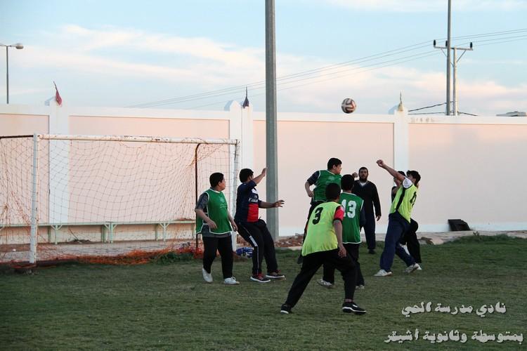 صورة الحمادة يحقق دوري القدم للمتوسطة بنادي الحي