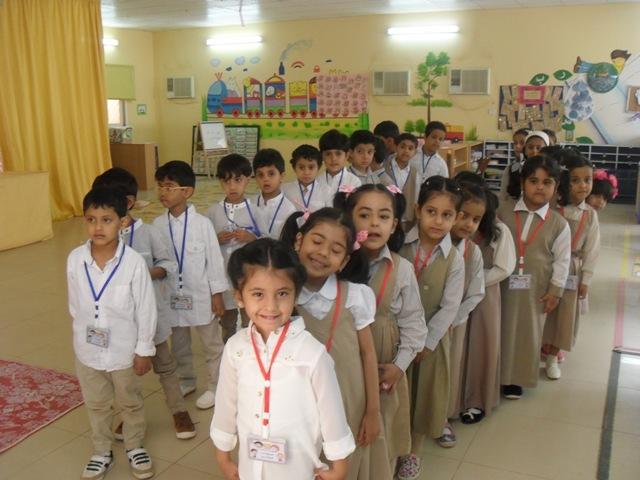 صورة زيارة أطفال روضة أشيقر إلى المدارس الابتدائية