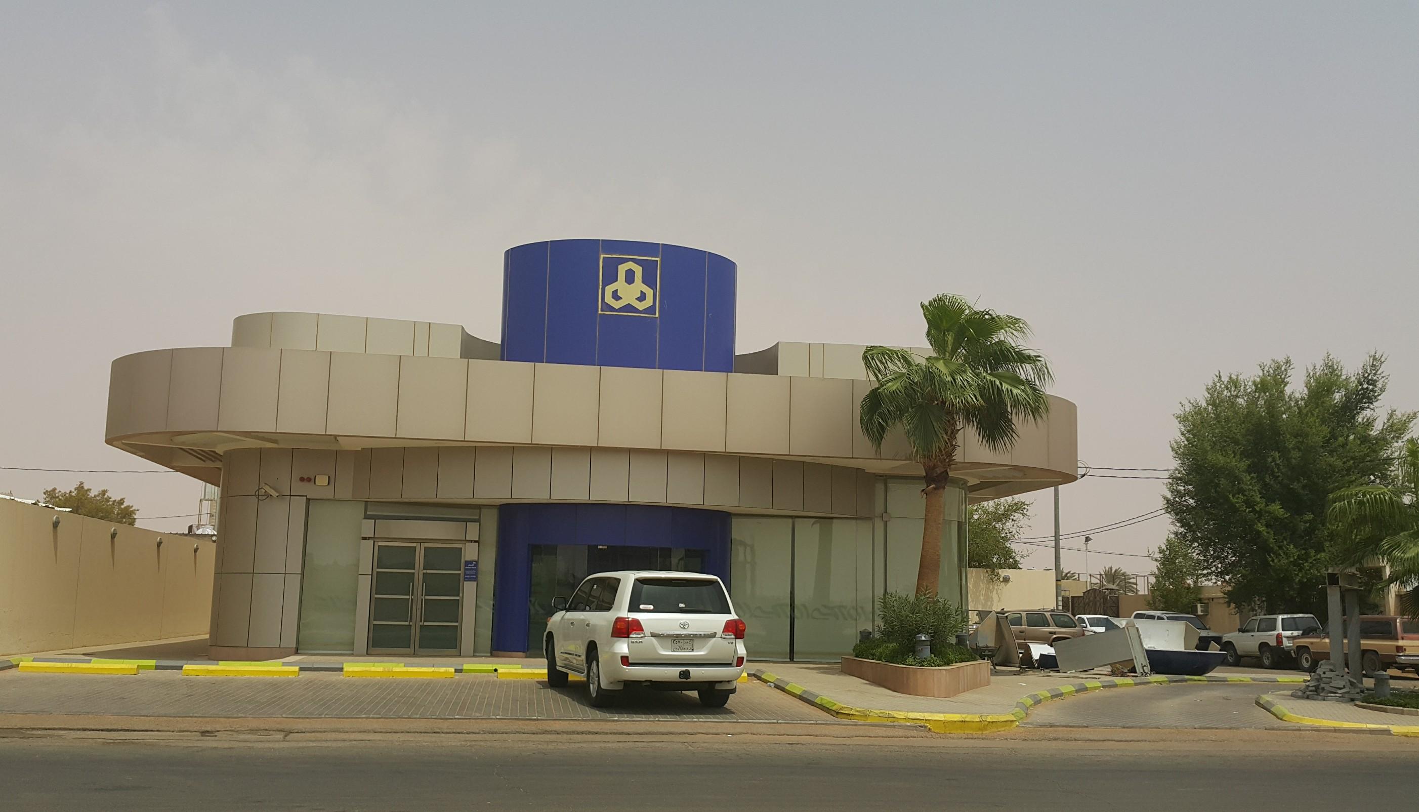 صورة مصرف الراجحي/ الموظفين متواجدين , والعميل لايحمل الهوية الوطنية