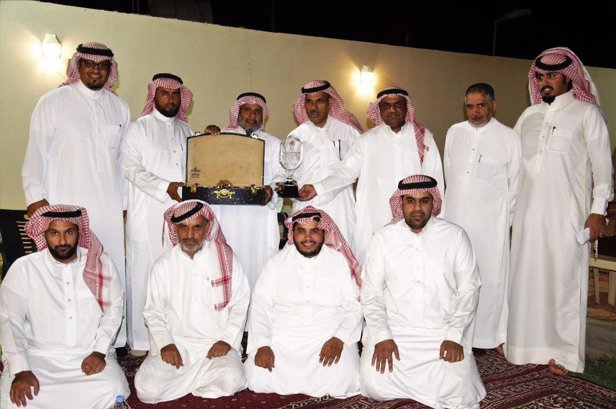 صورة لجنة حكام الكرة الطائرة بشقراء تكرم الخنيفر