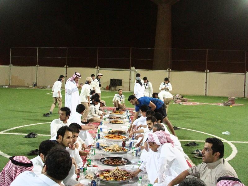 صورة وجبة سحور لأعضاء الملتقى والفرقة الكشفية بنادي الحي