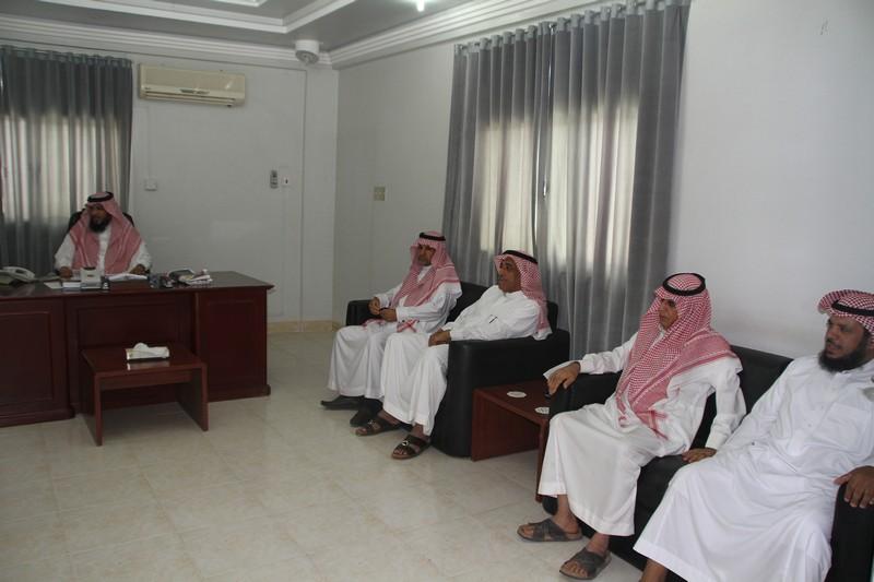 صورة عدد من أعضاء لجنة الاحتفالات بأشيقر يقدمون التهنئة لرئيس مركز أشيقر