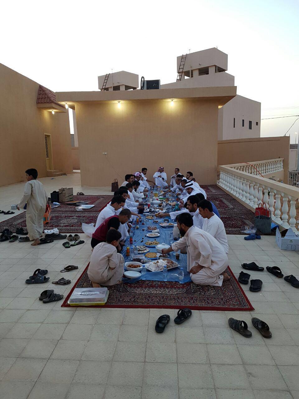 صورة جماعة مسجد الوالدين بأشيقر يقيمون مأدبة إفطار