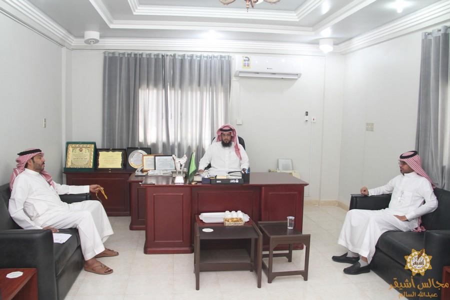 صورة اجتماع رئيس مركز أشيقر بممثل شركة الإتصالات السعودية ورئيس بلدية أشيقر