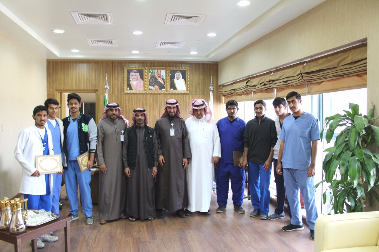 صورة تكريم طلاب جامعة شقراء المشاركين في جناح الجامعة بمهرجان ربيع أشيقر