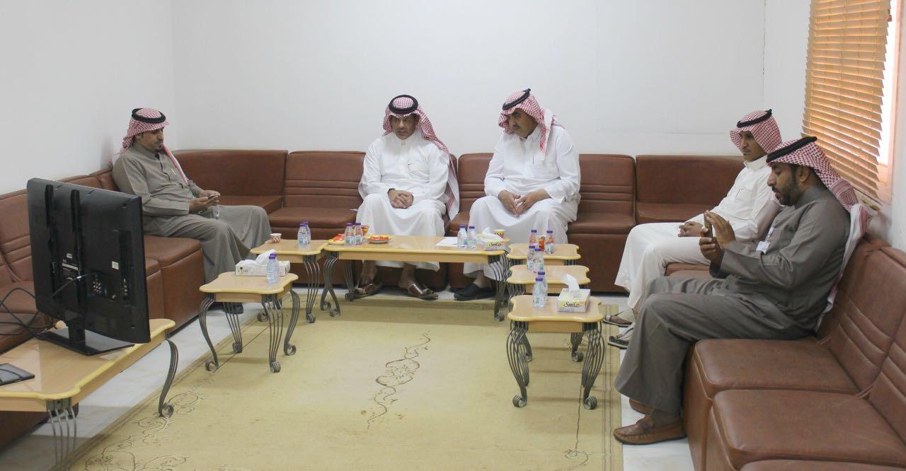 صورة رئيس مركز أشيقر يقوم بزيارة تفقديه لنادي أشيقر