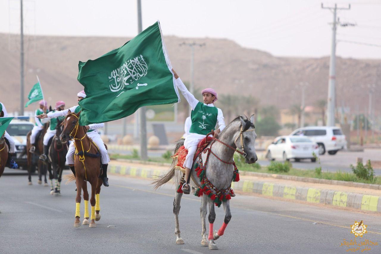 صورة أشيقر تحتفل باليوم الوطني عبر مسيرة خيول بمشاركة مجموعة من أبناء الوطن