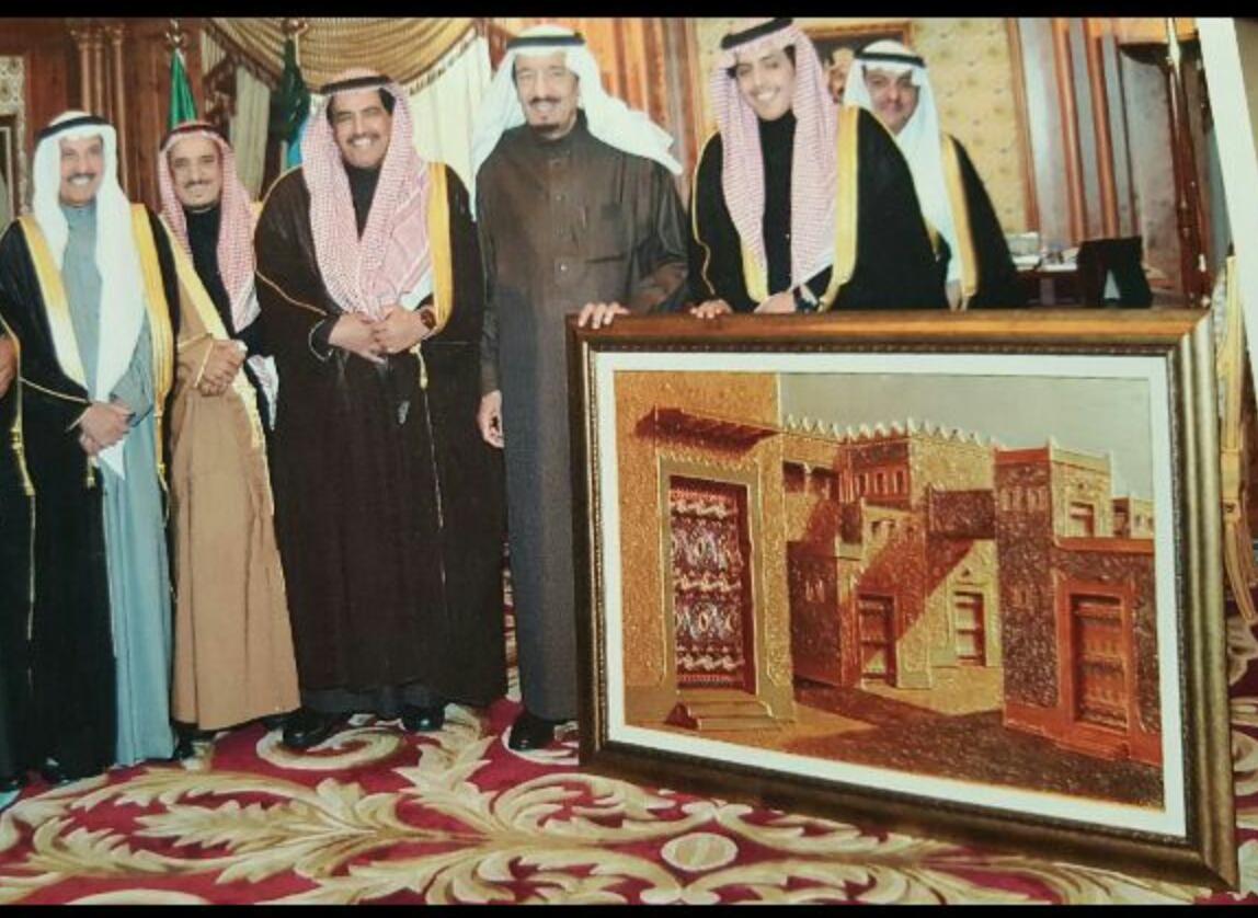 """صورة الفنان التشكيلي """"أباحسين"""" : الملك سلمان أول داعم لأعمالي .. وأستاذي بالابتدائية هو من طور مهاراتي"""