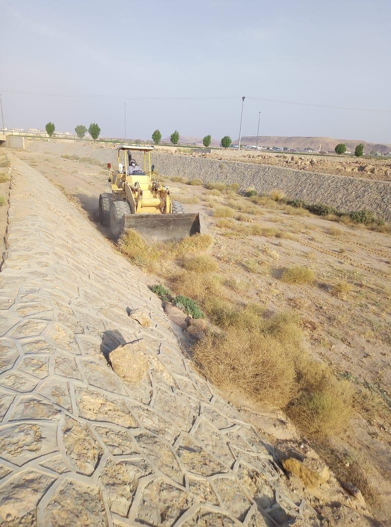 صورة بلدية أشيقر تتأكد من جاهزية شبكات تصريف سيول الأودية