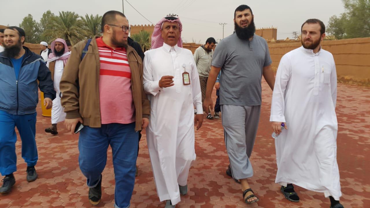 صورة المرشد السياحي الحميّد مع طلاب المنح