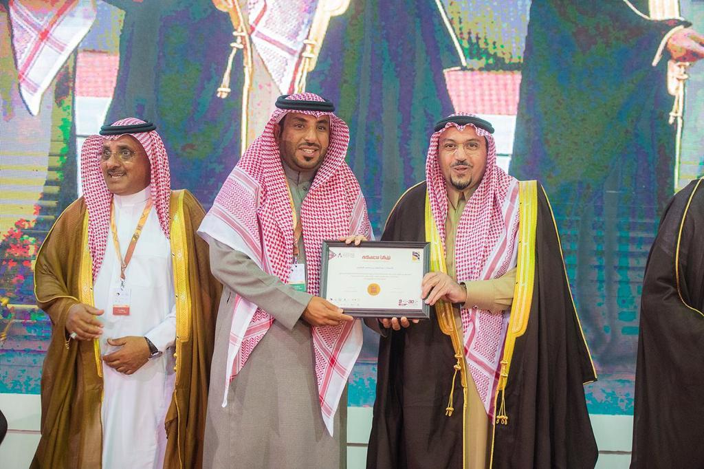 صورة أمير القصيم يكرم الأستاذ عبدالعزيز القصيّر