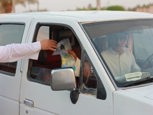 صورة إفطار المسافر إشراف مستمر وشباب يبحث عن عمل الخير